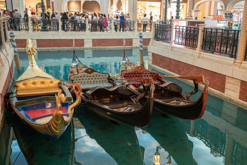 Trzy 3 gondoli na wody Macau inside venetian unrecognisable ludziach podróżują kurort zdjęcie royalty free