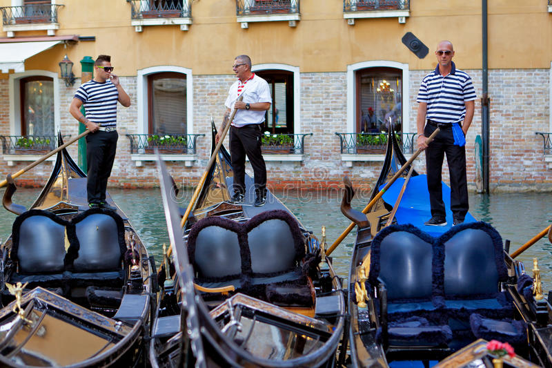 Trzy gondoliera na ich gondolach fotografia royalty free