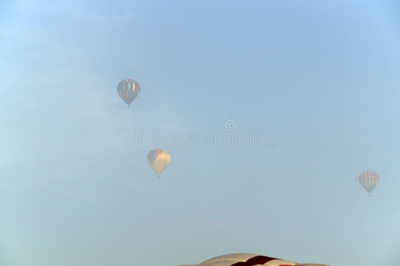 Download Trzy Gorące Powietrze Balonu W Mgle Zdjęcie Stock - Obraz złożonej z powietrze, transport: 53792608