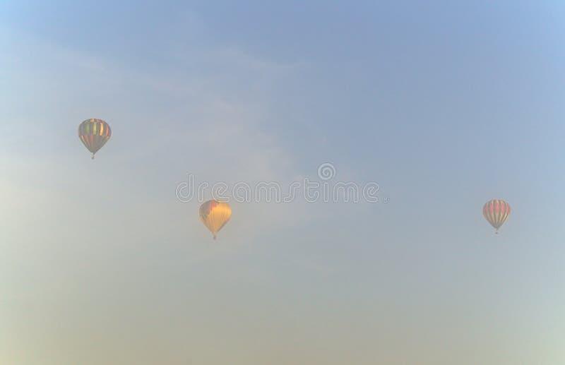Download Trzy Gorące Powietrze Balonu W Ranek Mgle Obraz Stock - Obraz złożonej z błękitny, pastel: 53792429