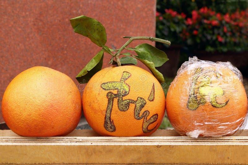 Trzy grapefruits na rynku w odcieniu, Wietnam dla świętowania Wietnamski nowy rok Inskrypcja tłumaczy - odcień zdjęcia royalty free