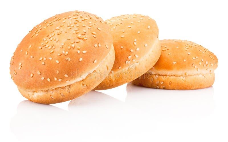 Trzy hamburger babeczki z sezamem odizolowywającym na białym tle obrazy royalty free