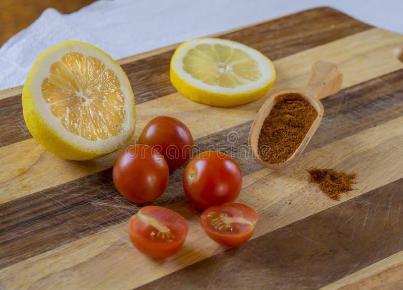 Trzy i dwa połówki czereśniowi pomidory z przyrodnią cytryny cytryną slic obraz stock