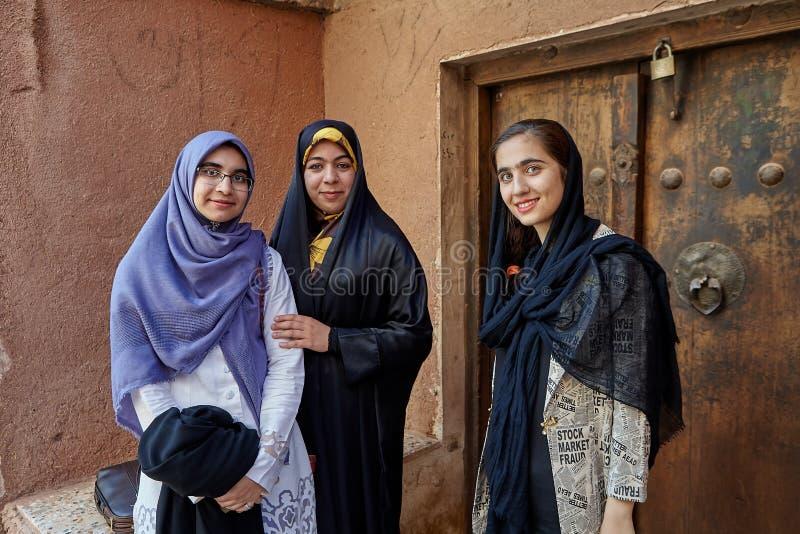 Trzy Irańskiej kobiety w górskiej wiosce, Abyaneh, Iran zdjęcia royalty free