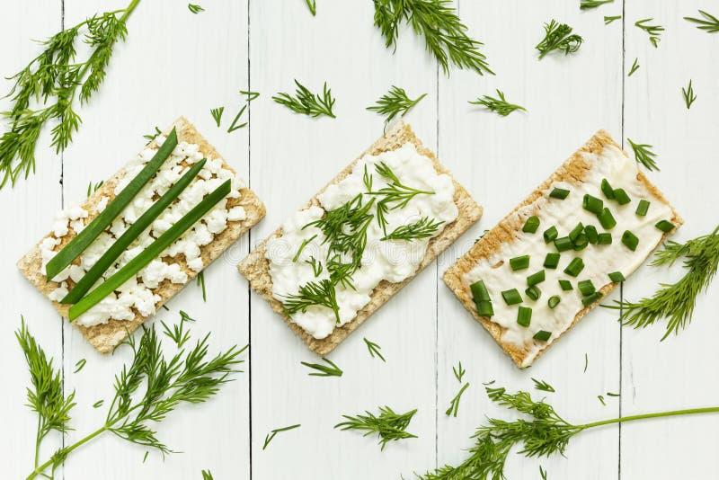 Trzy jarskiego śniadania robić od grzanki z chałupa serem i zieleniami na białym drewnianym stole, dieta obraz royalty free