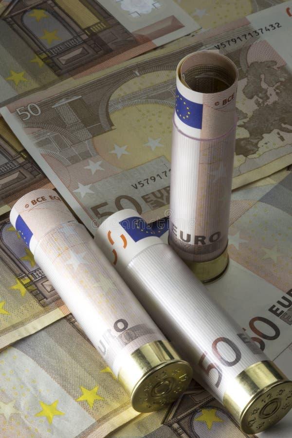 Trzy 12 kaliber flinty skorupy ładowali z pięćdziesiąt euro rachunkami Na pięćdziesiąt banknotów euro tle zdjęcia stock
