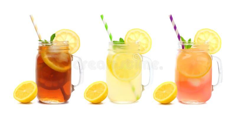 Trzy kamieniarza słoju lato zamrażali herbaty, lemoniady i menchii lemoniady napojów odizolowywających na bielu, fotografia stock