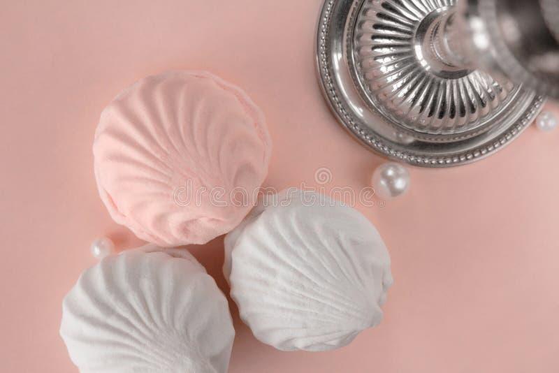 Trzy kawałka zephyr na różowym pastelowym tle obrazy royalty free