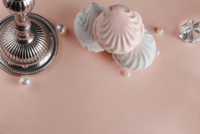 Trzy kawałka zephyr na różowym pastelowym tle Dekoraci pojęcie obraz stock