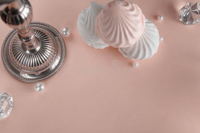 Trzy kawałka zephyr na różowym pastelowym tle Horyzontalny wizerunek obraz stock