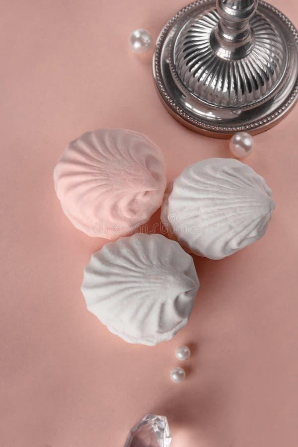 Trzy kawałka zephyr na różowym pastelowym tle Pionowo wizerunek zdjęcie royalty free