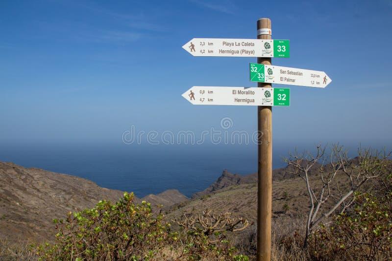 Trzy kierunkowskazu dla wycieczkowiczy pokazuje sposób przy północnym wybrzeżem losu angeles Gomera wyspy kanaryjskie zdjęcia stock