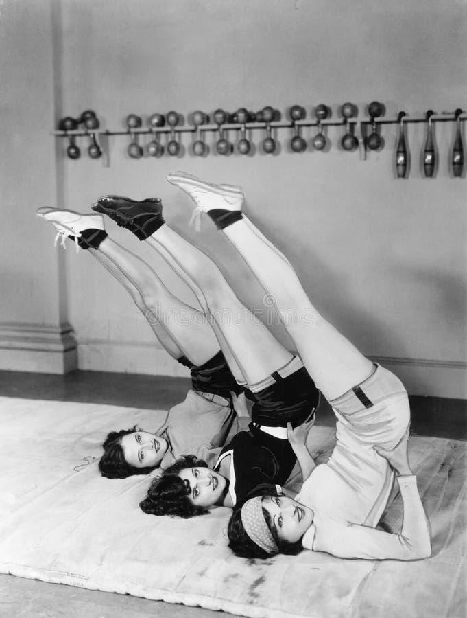 Trzy kobiet ćwiczyć (Wszystkie persons przedstawiający no są długiego utrzymania i żadny nieruchomość istnieje Dostawca gwarancje zdjęcie royalty free