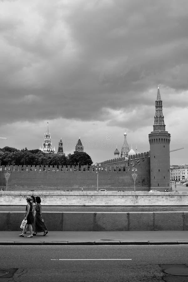 Trzy kobiet spacer wzdłuż Moskwa rzeki obrazy stock