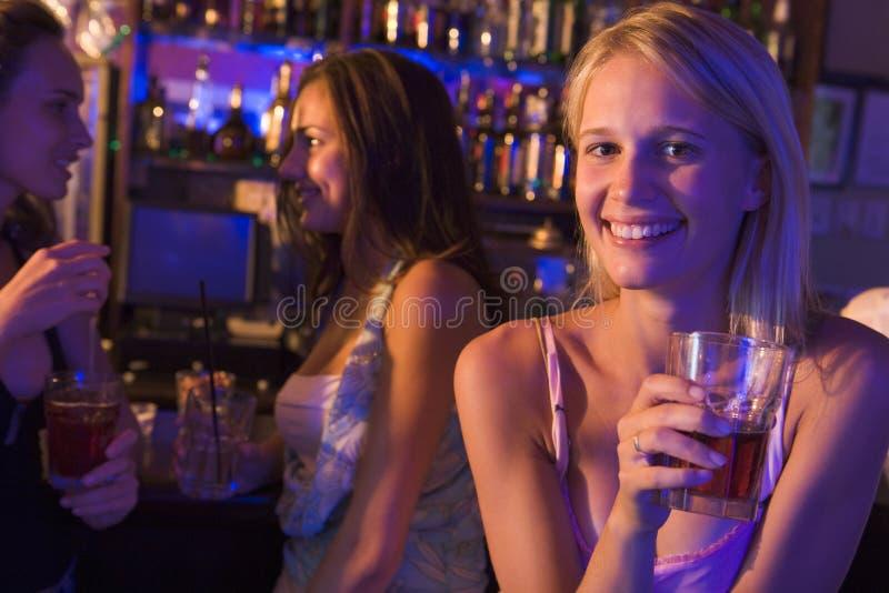 trzy kobiety młodej drinków zdjęcia stock