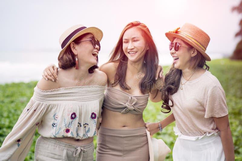 Trzy kobiety szczęścia rozochocona azjatykcia emocja na urlopowej morze plaży obrazy stock