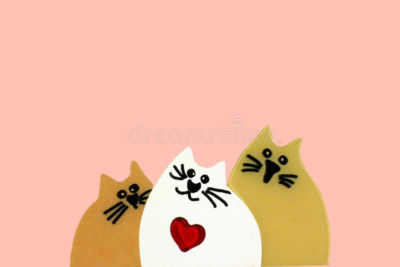 Trzy kochającego zabawkarskiego kota odizolowywającego na menchii obraz royalty free