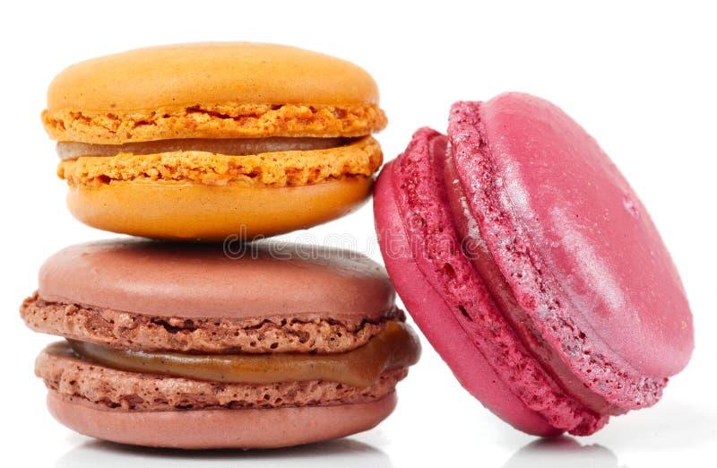 Trzy kolorowego macarons na białym tle fotografia stock