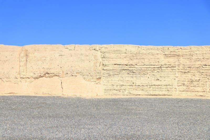 Trzy koloru paska: niebieskie niebo, jasnożółta ściana i siwieje ziemię obraz stock