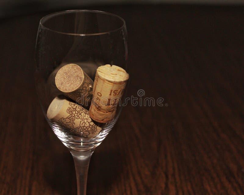 Trzy korka w wina szkła lewej stronie obraz royalty free