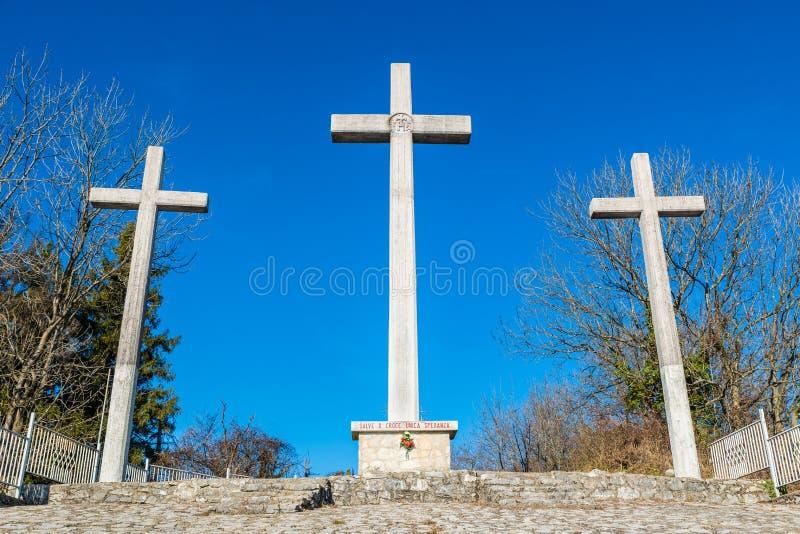 Trzy krzyża przeciw niebieskiemu niebu zdjęcie stock
