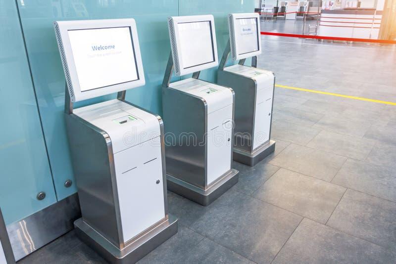 Trzy liczniki samoodprawy dla lotu znajdującego się w terminalu pasażerskim lotniska, wygoda i oszczędność czasu zdjęcie royalty free