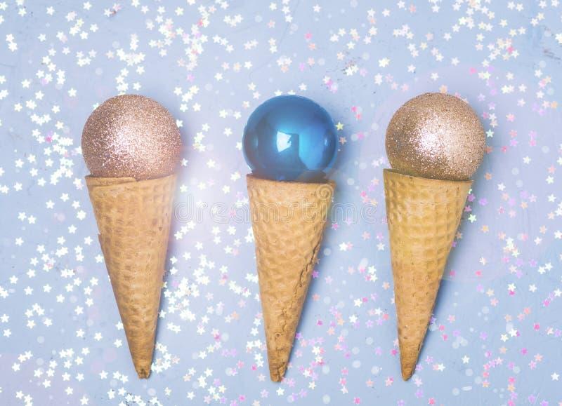 Trzy lody rożek z Bożenarodzeniowego dekoracja nowego roku pojęcia Bożenarodzeniowego mieszkania Lay Odgórnym widokiem Tonującym zdjęcie stock