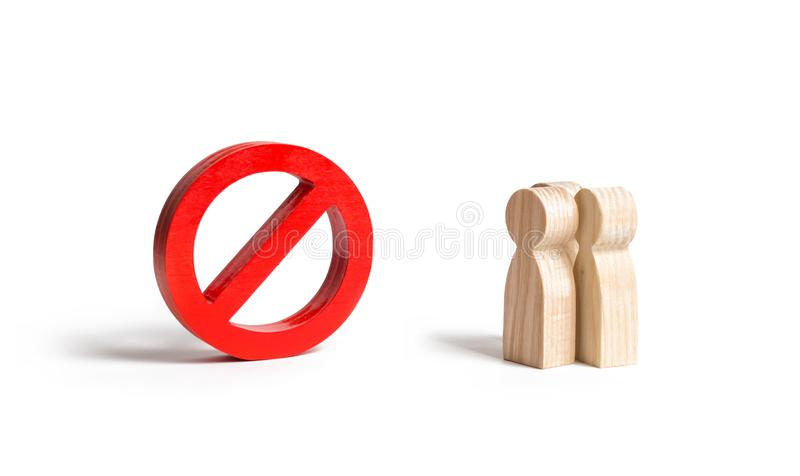 Trzy ludzie postaci spojrzenia przy dużym czerwonym symbolem ŻADNY Zakaz na opłatach i protest akcjach, cenzura Wchodzić do stan  zdjęcia royalty free