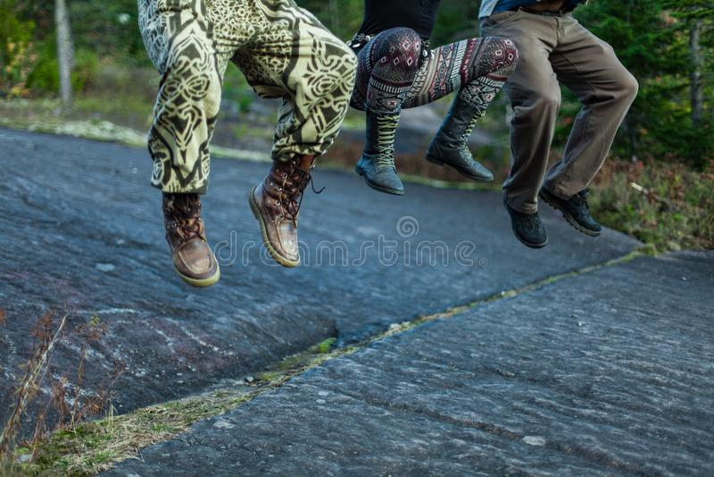 Trzy ludzie skacze na skale obrazy royalty free