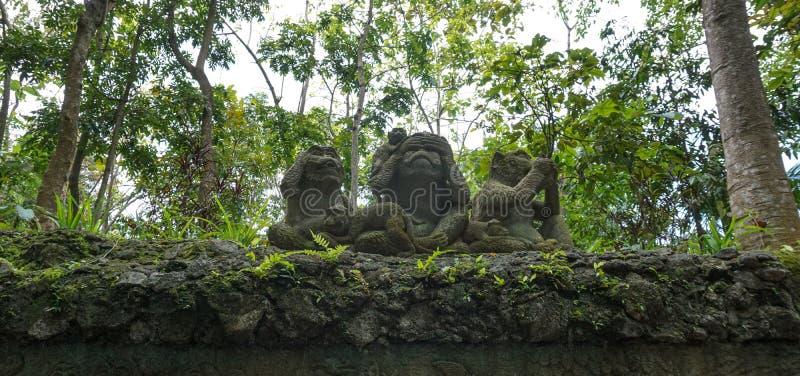 Trzy mądrej małpy, trzy tajemniczej małpy rzeźbi fotografia royalty free