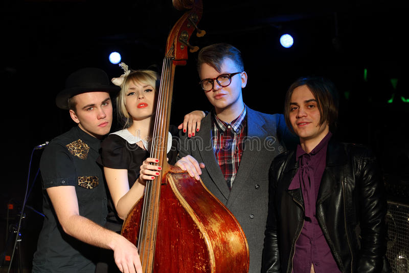 Trzy młodego człowieka i kobieta od muzycznej zespół pozy zdjęcie royalty free