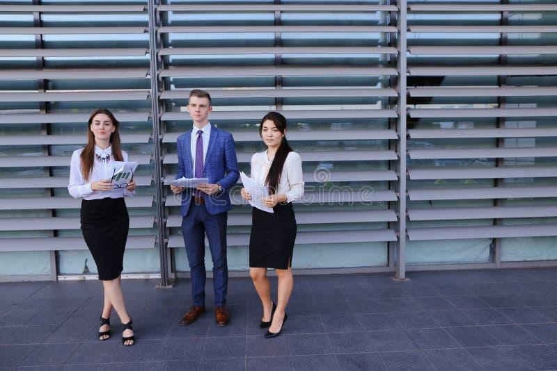 Trzy młodego przedsiębiorcy nowożytni, wykształceni ucznie, facet i dwa, fotografia royalty free