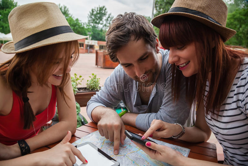 Trzy Młodego turysty W kawiarni obrazy stock