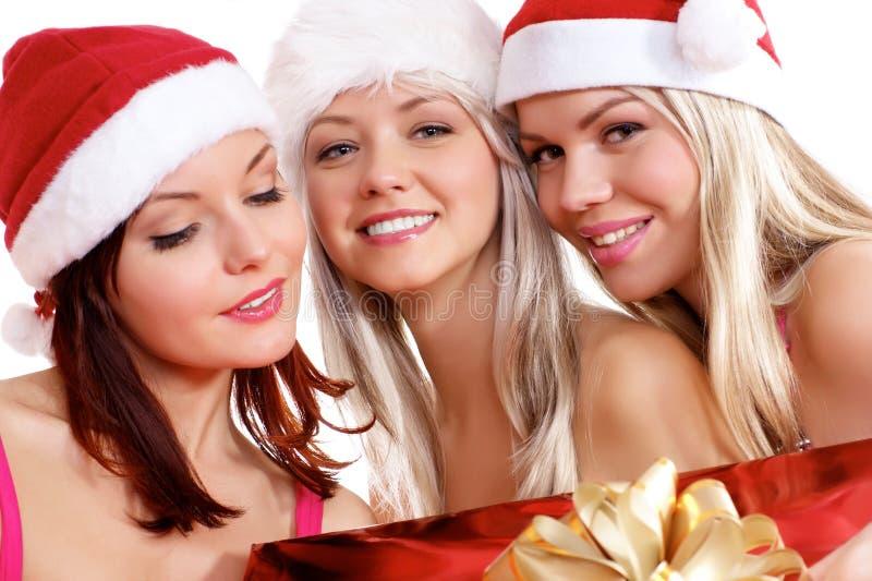 Trzy młodej dziewczyny odświętność Bożymi Narodzeniami są obrazy stock