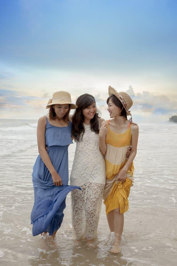 Trzy młodej kobiety szczęścia azjatykcia relaksująca emocja na vacatio obraz stock