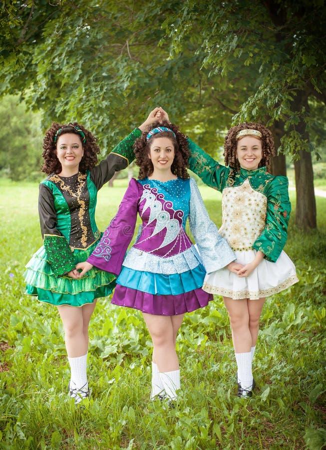 Download Trzy Młodej Pięknej Dziewczyny W Irlandzkiego Tana Smokingowy Pozować Plenerowy Obraz Stock - Obraz złożonej z suknia, aktywny: 53785799