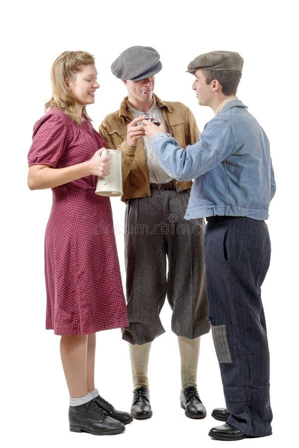 Trzy młodzi ludzie w kostiumów 40's napoju winie zdjęcie royalty free