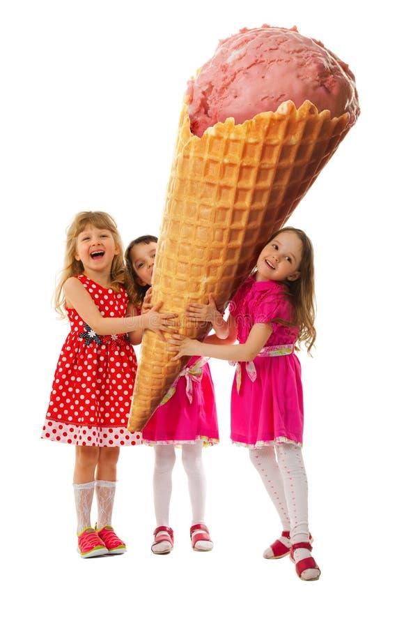 Trzy mała dziewczynka i wielki lody zdjęcia royalty free