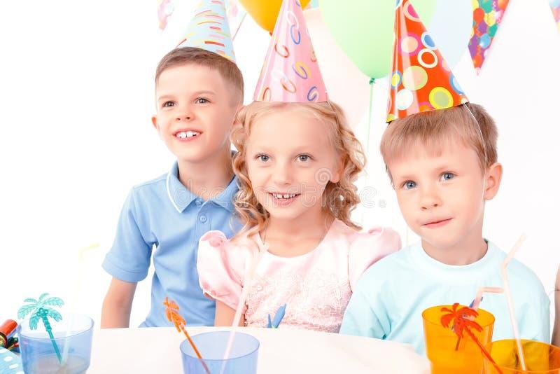 Download Trzy Małego Dziecka Pozuje Podczas Przyjęcia Urodzinowego Zdjęcie Stock - Obraz złożonej z interes, napój: 57667368