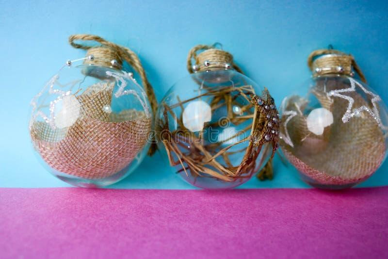 Trzy małego round szklany przejrzysty rocznik improwizował eleganckiego modnisia nowego roku dekoracyjne piękne świąteczne piłki, zdjęcia royalty free