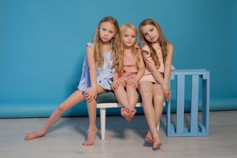 Trzy małej dziewczynki blondynki dziewczyn siostry modny portret obrazy stock