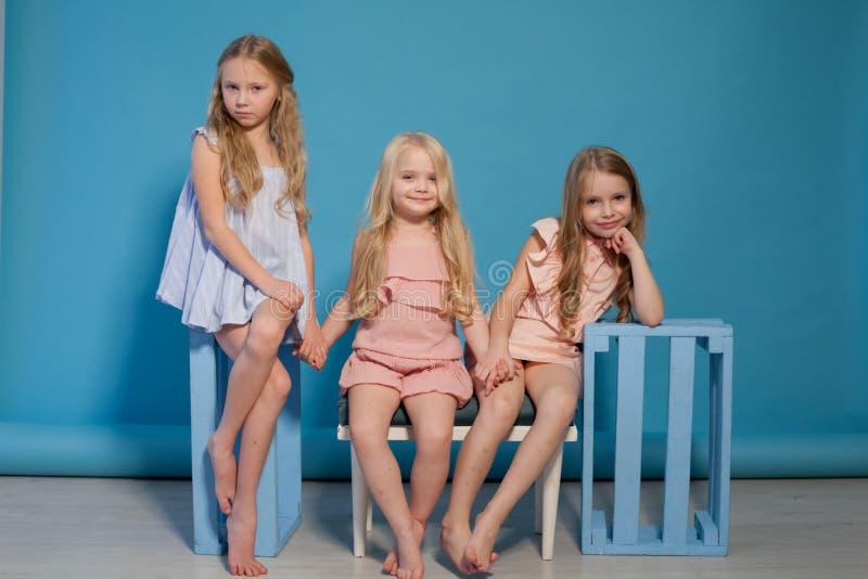 Trzy małej dziewczynki blondynki siostr dziewczyny mody portret obrazy royalty free