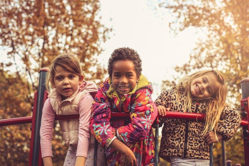 Trzy małej dziewczynki patrzeje kamerę obraz stock