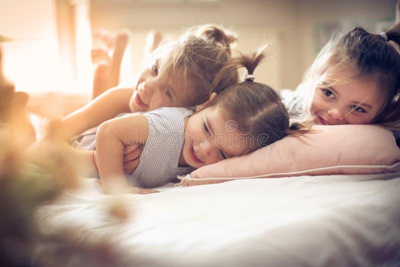 Trzy małej dziewczynki w łóżku zdjęcie royalty free