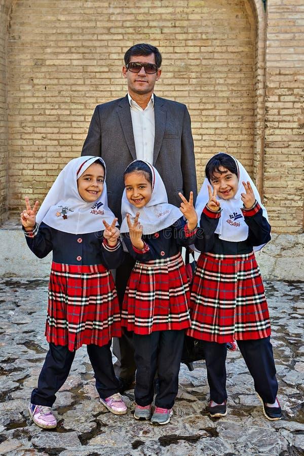 Trzy małej Irańskiej uczennicy fotografują z ich fath obraz royalty free