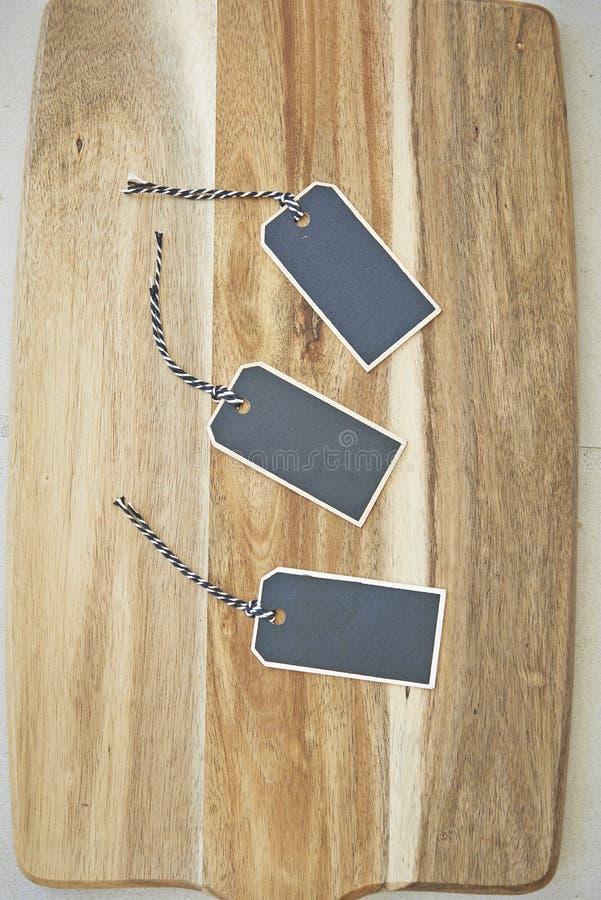 Trzy małej kredowej deski etykietki na drewnianej ciapanie desce zdjęcie stock