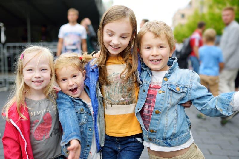 Trzy małej siostry i ich brata przytulenie na ciepłym letnim dniu zdjęcie royalty free