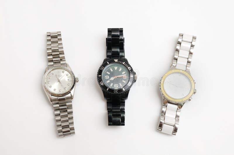 Trzy metal troczył zegarki srebra, bielu i czerni kolor, obraz royalty free