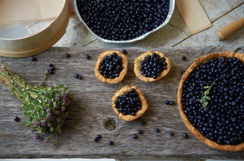 Trzy muffins i dużego kulebiak z czarnymi jagodami zdjęcie royalty free