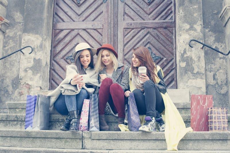 Trzy najlepszego przyjaciela cieszy się po robić zakupy Trzy młodej dziewczyny ma zdjęcie stock